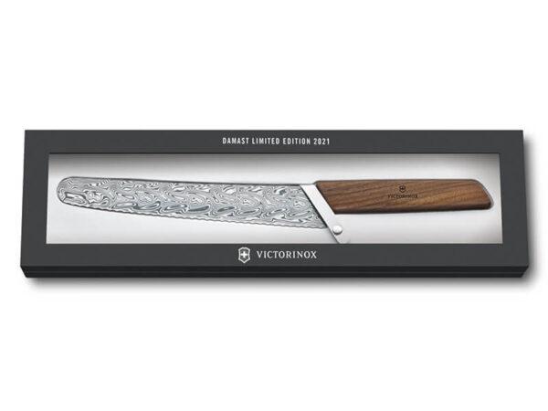6.9070.22WJ21_Swiss Modern Damast Brotmesser 2021 Geschenkverpackung geschlossen_Produktbild